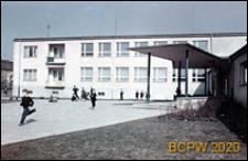 Szkoła 1000-lecia przy ulicy Witkiewicza, widok budynku administracji od strony wejścia głównego, Szczecin