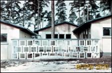 Szkoła 1000-lecia na Głębokiem, fragment pawilonów klasowych połączonych ażurowym ogrodzeniem, Szczecin