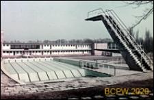 Klub Sportowy Pogoń przy skrzyżowaniu ulic Twardowskiego i Witkiewicza, kąpielisko letnie, basen sportowy z wieżą do skoków, Szczecin
