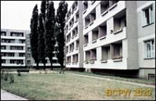 Osiedle Gajowice, budynki mieszkalne z kwietnikami na balkonach, wnętrze międzyblokowe, Wrocław