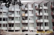 Ulica Jaworowa 40-40b, blok mieszkalny o zębatej linii elewacji, zbliżenie balkonów, Wrocław