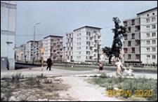 """Plac Legionów, dawniej Plac PKWN, widok na budynki mieszkalne tzw. """"czworaczki"""" przy ulicy Marszałka Piłsudskiego nr 4, 6, 8, 10, Wrocław"""