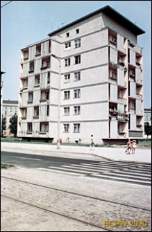 Plac Legionów, dawniej Plac PKWN, blok mieszkalny, widok od strony ulicy, Wrocław
