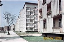 """Plac Legionów, dawniej Plac PKWN, bloki mieszkalne tzw. """"czworaczki"""" przy ulicy Marszałka Piłsudskiego, widok na elewacje boczne, Wrocław"""