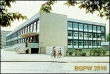 Przedmieście Świdnickie, ulica Podwale 57, szkoła podstawowa nr 71, widok od strony wejścia do szkoły, w tle budynek nr 34-35 (58-60) przy ul. Hugona Kołłataja, Wrocław