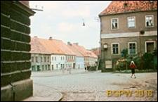 Fragment miasta, widok od strony wybrukowanej ulicy, Złoty Stok