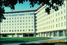 Śródmieście, gmach Głównego Urzędu Statystycznego (GUS) przy Alei Niepodległości, widok od strony podjazdu, Warszawa