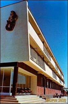 """""""Syrena"""" Dom Wczasowy Zakładów Energetycznych Okręgu Centralnego przy ulicy Polna 1, widok ogólny zewnętrzny od strony balkonów, Jastrzębia Góra"""