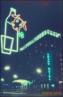 Śródmieście, widok nocą na Grand Hotel przy ulicy Kruczej 28, Warszawa
