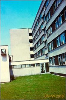 Dom Akademicki przy ulicy Żwirki i Wigury, widok zewnętrzny z łącznikiem, Warszawa
