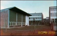 Śródmieście, szkoła przy ulicy Emili Plater dawnym Ogrodzie Pomologicznym, widok zewnętrzny z wnęką między budynkami, Warszawa