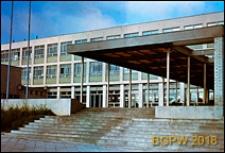 Żoliborz Południowy, Zespół Szkół Zawodowych Centralnego Związku Spółdzielczości Pracy, wejście schodami na dziedziniec, Warszawa