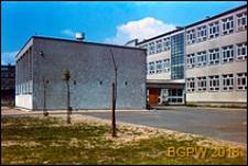 Żoliborz, Osiedle Zatrasie, szkoła, widok od strony wejścia, Warszawa
