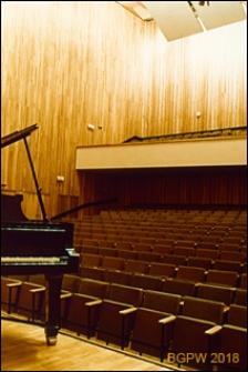Akademia Muzyczna im. Fryderyka Chopina przy ul. Okólnik 2, sala koncertowa, widok w stronę widowni, Warszawa