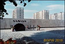 Muranów, budynki mieszkalne i Muzeum Więzienia Pawiak przy ulicy Dzielnej, Warszawa
