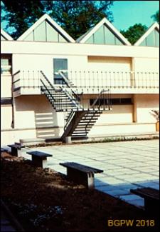 Muzeum Plakatu w Wilanowie, ulica Kostki Potockiego 10/16, widok fragmentu dziedzińca od strony schodów zewnętrznych, Warszawa