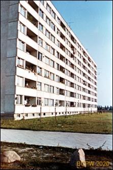 Osiedle mieszkaniowe Prototypów na Służewcu, budynek ośmiokondygnacyjny, widok od strony chodnika, Warszawa