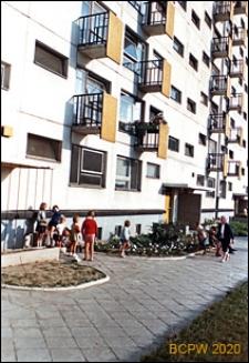 Osiedle mieszkaniowe Prototypów na Służewcu, wejścia do bloku od strony chodnika, Warszawa