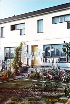 Osiedle mieszkaniowe Prototypów na Służewcu, budynek dwukondygnacyjny, widok od ogródka, Warszawa
