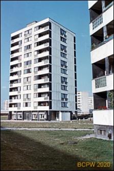 Osiedle mieszkaniowe Prototypów na Służewcu, wieżowce, widok od strony trawników, Warszawa