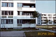 Osiedle mieszkaniowe Prototypów na Służewcu, budynki czterokondygnacyjne pośród zieleni osiedlowej, Warszawa