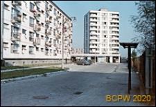 Osiedle mieszkaniowe Prototypów na Służewcu, ciąg pawilonów handlowo-usługowych, Warszawa