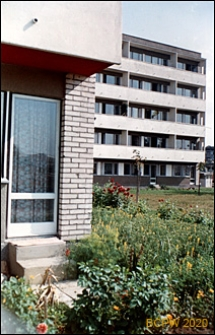 Osiedle mieszkaniowe Sady Żoliborskie, zabudowa mieszkaniowa, wejście po schodach do mieszkania, Warszawa