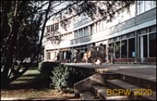 Saska Kępa, domy mieszkalne przy Rondzie Waszyngtona z parterową zabudową sklepową, widok zewnętrzny, Warszawa