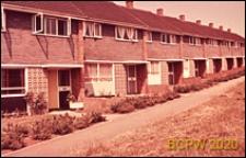 Zabudowa mieszkaniowa, domy szeregowe jednopiętrowe, widok wejść od strony chodnika, Basildon, Anglia, Wielka Brytania
