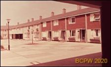 Dziedziniec domów szeregowych jednopiętrowych, Basildon, Anglia, Wielka Brytania