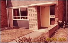 Fragment domu szeregowego jednopiętrowego, wejście do budynku, Basildon, Anglia, Wielka Brytania