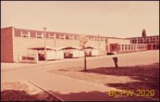 Szkoła podstawowa, widok zewnętrzny sali gimnastycznej i garaży rowerowych, Basildon, Anglia, Wielka Brytania