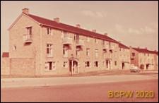 Budynki mieszkalne trzykondygnacyjne, widok zewnętrzny od strony wejść, Corby, Anglia, Wielka Brytania