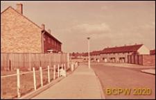 Ciąg jednopiętrowych domów szeregowych przy osiedlowej ulicy, Corby, Anglia, Wielka Brytania