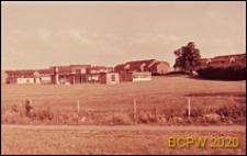 Teren zielony z widokiem na szkołę, Corby, Anglia, Wielka Brytania