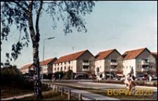 Osiedle mieszkaniowe starszego typu, budynki mieszkalne trzykondygnacyjne, widok zewnętrzny od strony ulicy, Kopenhaga, Dania