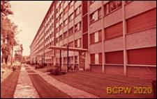 Osiedle mieszkaniowe Les Jonquilles, blok mieszkalny siedmiokondygnacyjny, elewacja budynku od strony wejść do klatek schodowych, Paryż-Vaucresson, Francja