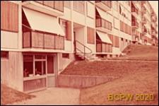 Osiedle mieszkaniowe Les Grandes Terres, fragment elewacji oraz wejście do budynku mieszkalnego, Paryż-Marly-le-Roi, Francja