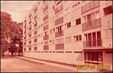 Osiedle mieszkaniowe, fragment elewacji budynku mieszkalnego sześciopiętrowego oraz wejście do budynku, Paryż-Marly-le-Roi, Francja