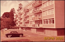 Osiedle mieszkaniowe, elewacja frontowa budynku mieszkalnego czteropiętrowego, Paryż-Marly-le-Roi, Francja