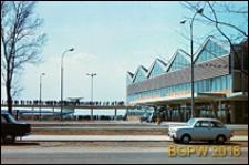 Międzynarodowy Port Lotniczy na Okęciu przy ulicy Żwirki i Wigury, taras widokowy i hala pasażerska, widok od srony ulicy, Warszawa