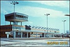 Międzynarodowy Port Lotniczy na Okęciu przy ulicy Żwirki i Wigury, hala pasażerska, blok techniczno-administracyjny z wieżą kontrolną ruchu na płycie przeddworcowej, widok ogólny zewnętrzny, Warszawa