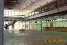 Międzynarodowy Port Lotniczy na Okęciu przy ulicy Żwirki i Wigury, wnętrze hali pasażerskiej ze schodami, Warszawa