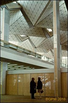 Międzynarodowy Port Lotniczy na Okęciu przy ulicy Żwirki i Wigury, fragment wnętrza hali pasażerskiej, Warszawa