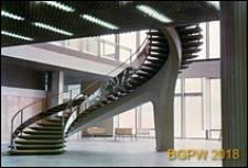 Międzynarodowy Port Lotniczy na Okęciu przy ulicy Żwirki i Wigury, kręcone schody we wnętrzu terminalu lotniska, Warszawa