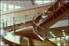 Międzynarodowy Port Lotniczy na Okęciu przy ulicy Żwirki i Wigury, hala pasażerska, detal, zbliżenie schodów na antresolę, Warszawa