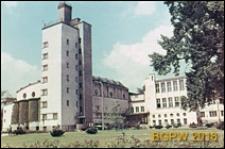 Akademia Wychowania Fizycznego im. Józefa Piłsudskiego, budynek główny, widok zewnętrzny, Warszawa