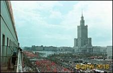 Plac Defilad, panorama z Pałacem Kultury i Nauki (PKiN), widok w czasie pochodu majowego, Warszawa