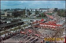 Plac Defilad, widok panoramiczny od strony pawilonów handlowych w czasie pochodu majowego, Warszawa