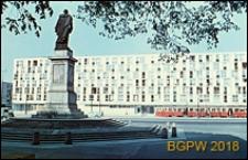 Plac Dzierżyńskiego, widok pierzei wschodniej z pomnikiem, Warszawa